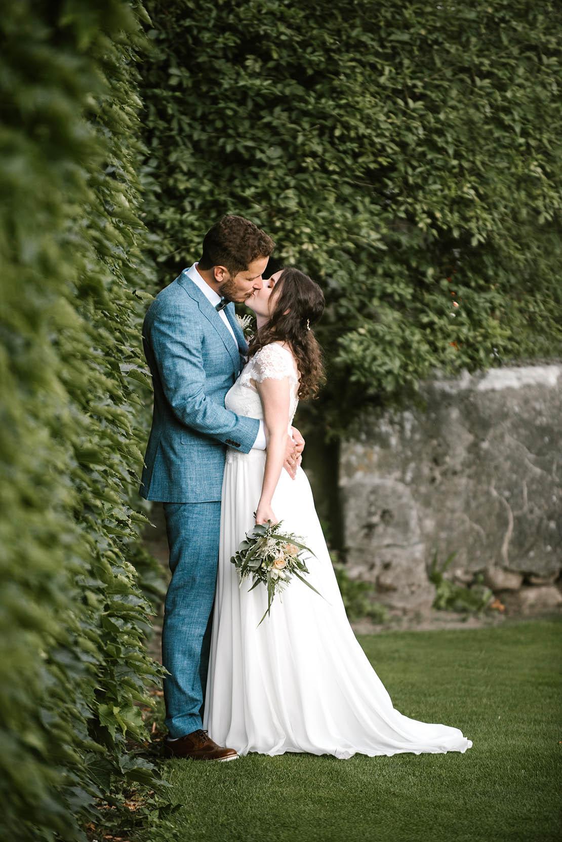 photographe mariage geneve photos de couple jardin château vuissens
